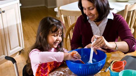 mama e hija cocinando ayudas para madres de ni 241 os con discapacidades