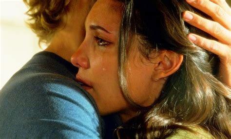 guy comforting girl ako se nije dogodilo tebi ne znači da je nemoguće lola