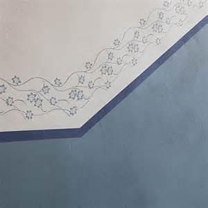 treppenhaus le sockelabschluss mit floralem muster im renovierten altbau