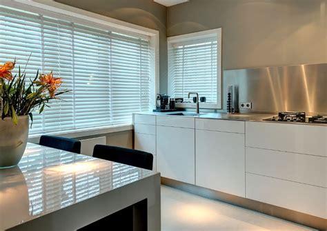 dekker zevenhuizen keukens witte keuken met roestvrij staal keukenblad en achterwand