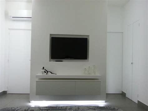mobili in cartongesso per tv foto struttura in cartongesso con tv e mobile incassati