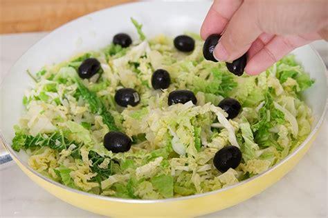 cucinare la verza stufata ricetta verza stufata con olive e nocciole agrodolce