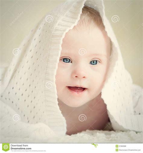 decke f r baby kleines baby mit syndrom versteckte sich unter decke
