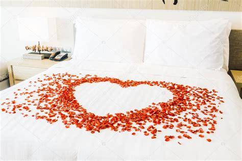 cuscini bianchi cuscini bianchi sul letto e petali di rosa foto stock