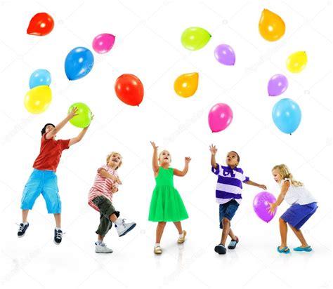 imagenes de niños jugando con globos multi 233 tnicos ni 241 os jugando con globos foto de stock