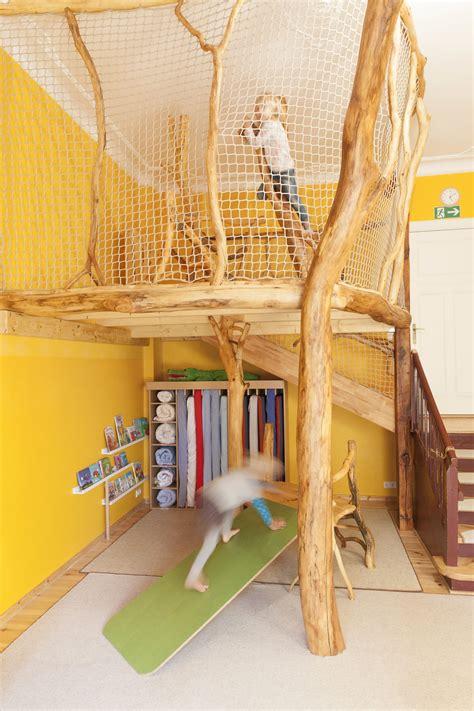 kinderzimmer baum bauen indoor spielturm hochbett spielbett kleiderschrank podest