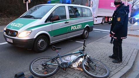 Auto Bild Fahrradfahrer by Mannheim Waldhof Fahrradfahrer In Sonderburgerstra 223 E