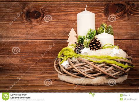 composizione di candele decorazione di natale composizione in natale con la