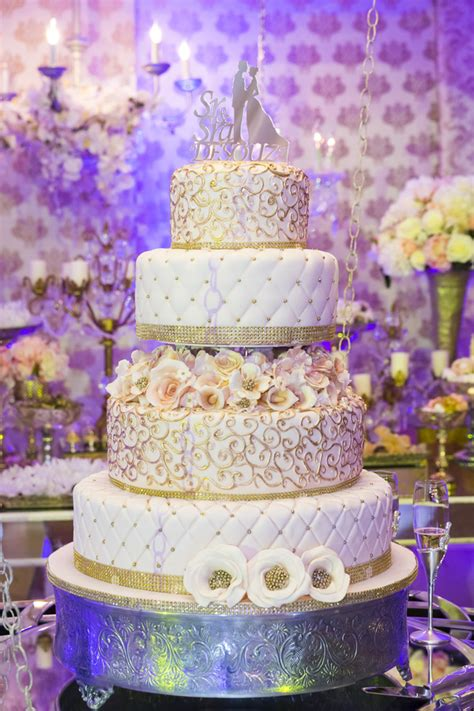 etagere viereckig luxury wedding cake and purple background food stock