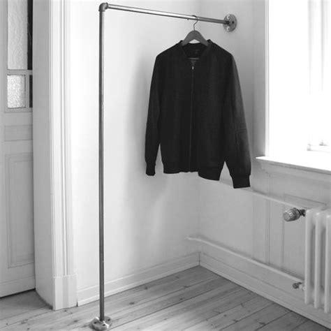Garderobe An Wand Befestigen by Kleiderstange Einfach An Der Wand Befestigt Clothes