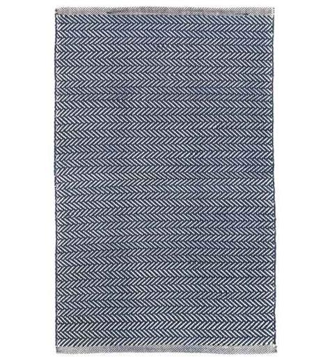 teppich dunkelblau outdoor teppich herringbone dunkelblau im greenbop