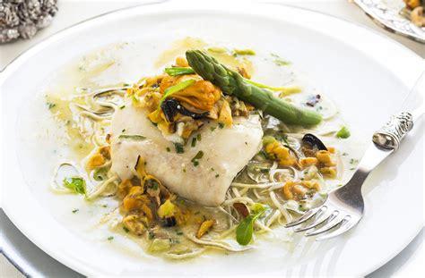 cocinar con merluza merluza con salsa de mejillones y esp 225 rragos verdes la
