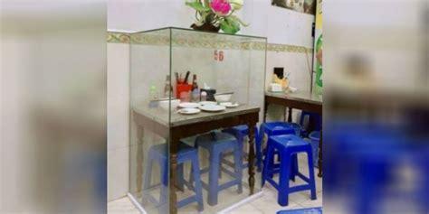 Meja Warung misteri meja di warung bakmi yang dikelilingi kaca