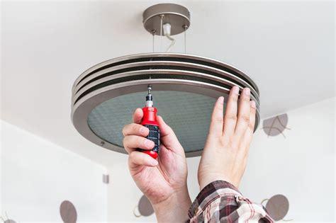 Poser Un Luminaire Au Plafond by Installer Et Poser Un Plafonnier