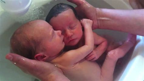 twin baby bathtub thalasso bain b 233 b 233 jumeaux twin baby bath youtube