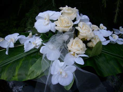 vorhänge weiss mit blumen grabschmuck grab gesteck orchideen weiss