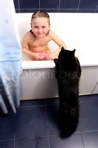 nackt badewanne kleines m 228 dchen in der badewanne mit neugierigen schwarze