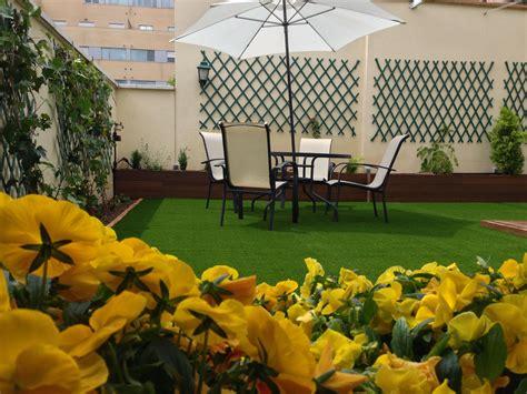 jardin con cesped pin de cesped artificial en cesped artificial jardin