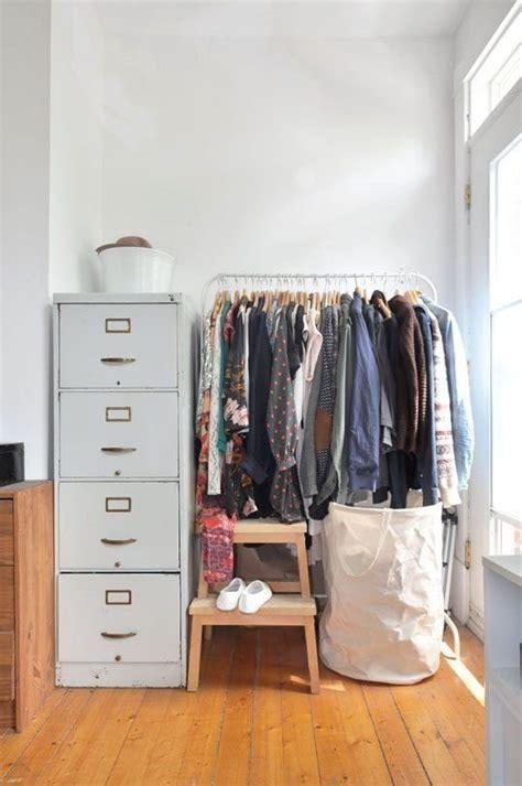 Rak Kosmetik Gantung Unik inspirasi menyimpan pakaian di apartemen tanpa lemari