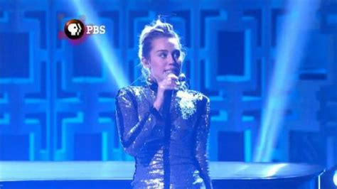video miley forgets lyrics to u2s one on stage with bono miley cyrus forgets lyrics during salute to bill murray