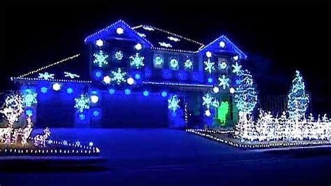 casa illuminata per natale auguri di natale musicali ecco il che spopola su
