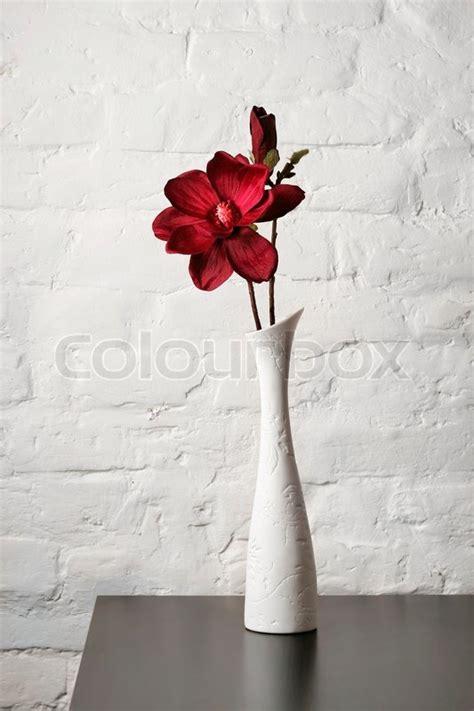 vase mit blumen blumen in der wei 223 en vase auf dem tisch stockfoto