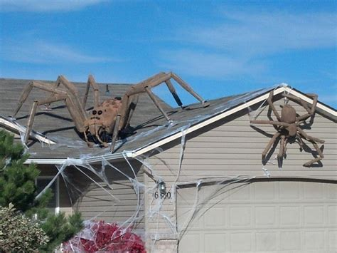 Homes Decorated For Halloween Giant Spiders Halloween Decor 25 Halloween Outdoor