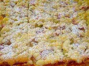 rabarbara kuchen rhabarber k 228 sekuchen vom blech mit streuseln rezepte suchen