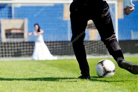imagenes romanticas de parejas jugando futbol novios jugando al f 250 tbol foto de stock 169 pvstory 104841708