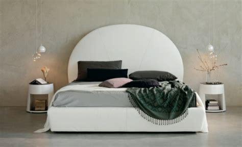 table de nuit ronde table de chevet indispensable dans la chambre 224 coucher