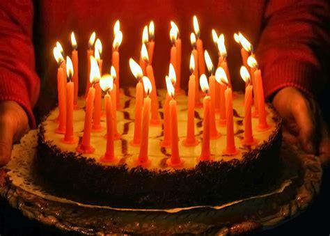 torta con candele nel nido il compleanno pettirosso