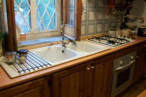 lavello sotto finestra la casa di rory la cucina in una calda serata di giugno