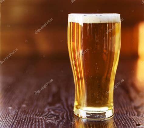 comptoir de la biere verre de bi 232 re sur comptoir photographie resnick joshua1