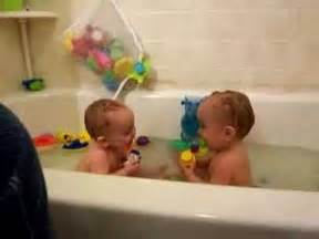 twin baby bathtub 1000 images about kids animal videos to make you laugh