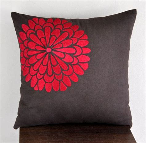 throw pillows for red couch 25 best ideas about red couch pillows on pinterest red