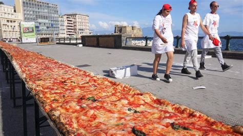 diese weltrekord pizza ist 1853 meter lang vermischtes