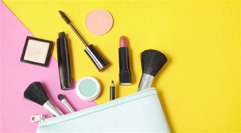 12 Things To In Your Make Up Bag by What In Your Makeup Bag Saubhaya Makeup