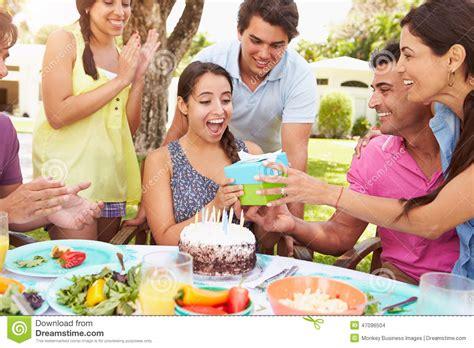 junggesellenabschied zu hause feiern gruppe freunde die zu hause geburtstag feiern stockfoto