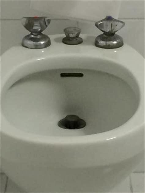bagno freddo bagno anni 70 freddo e con lavandini arrugginiti foto di