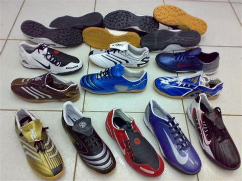 Sepatu Futsal Yang Kecil dilema dilema yang selalu menghantui cowok yang gak suka bola