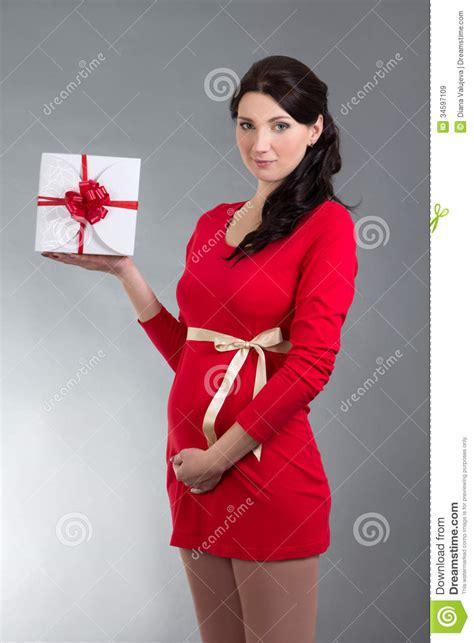 oggetti nel sedere donna incinta in vestito rosso con il contenitore di