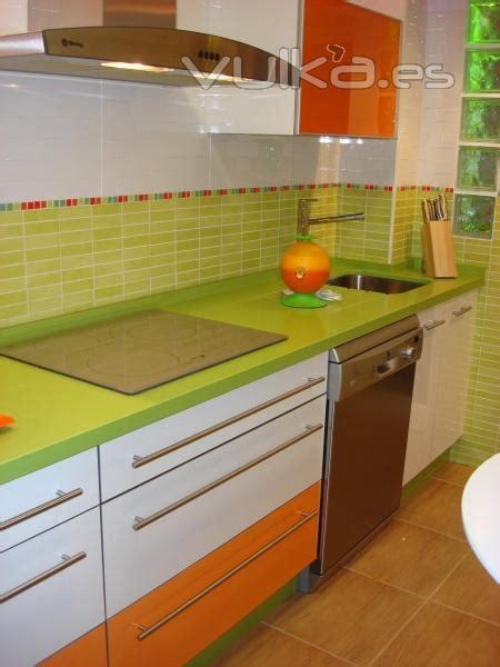encimera verde pistacho foto cocina moderna combinada blanco y naranja con