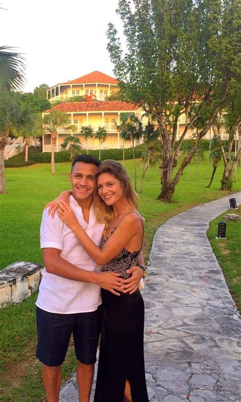 Alexis Sanchez Y Mayte Rodriguez | alexis s 225 nchez publica rom 225 nticas fotos con mayte