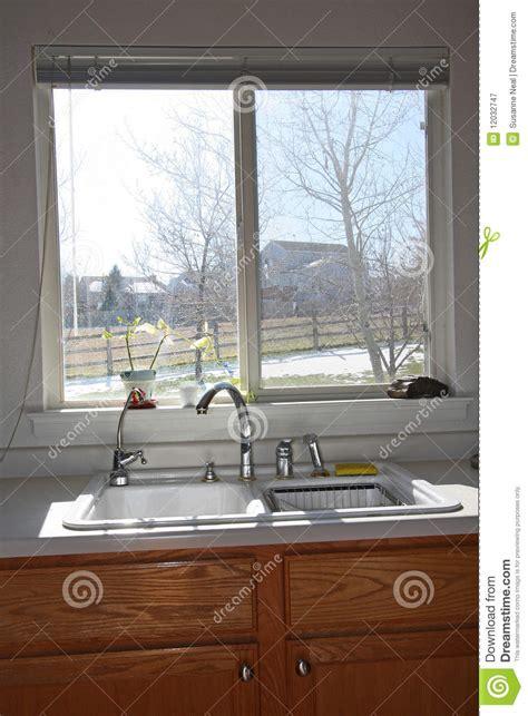 armadietti cucina finestra ed armadietti moderni della cucina immagine stock