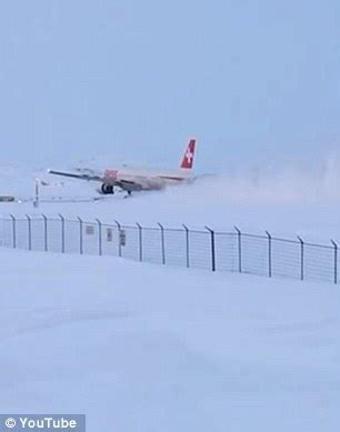 Lu Emergency Pakai Remote plane makes emergency landing in remote canadian city