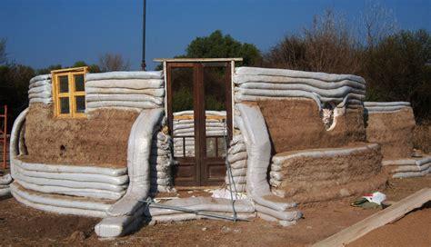 maisons en sacs de terre dans le monde superadobe