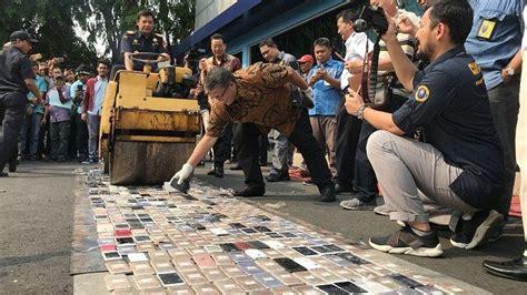 ribuan handphone berbagai merek ilegal dimusnahkan bea