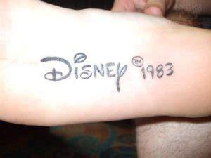 tatuaggi incredibili scarpe disegnate sui piedi foto tatuaggio sotto la pianta del piede dolore precauzioni e