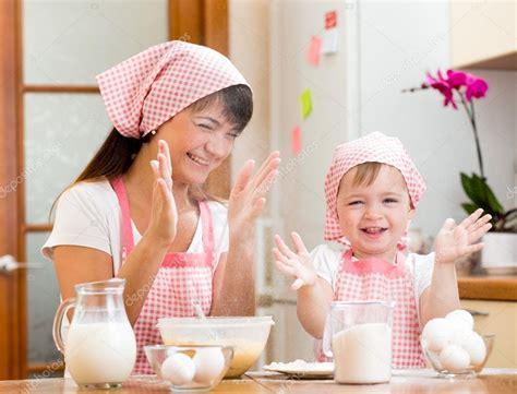 madre con su hijo en la cocina madre e hijo se divierten preparando galletas en cocina