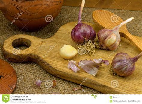 testa di aglio uno spicchio d aglio e una testa di aglio su un bordo di
